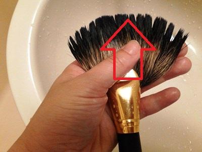 ブラシの毛先を洗う